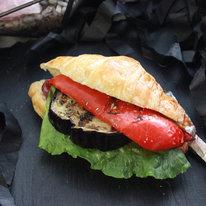 Мини-круассан с перцем, баклажаном и луком конфи 70г