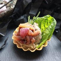 Тарталетка с паштетом и карамелизированным луком