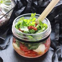 Салат с моцареллой, рукколой и печеными томатами