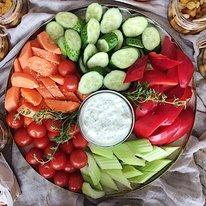 Поднос с овощами и греческим соусом 990г