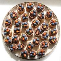 Поднос с 32 блинными мини-рулетами с шоколадным муссом и голубикой 1344г