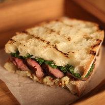 Сэндвич с ростбифом, яблочной горчицей и песто из петрушки 95г