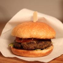Большой бургер с мясной котлетой 217г