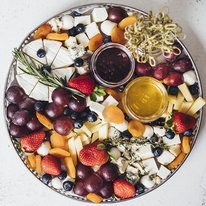 Поднос с сыром Монтеблун, Бри и голубикой 1237г