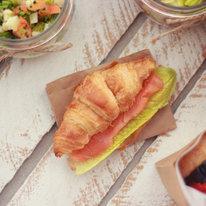 Мини-круассан с лососем и йогуртовым айоли 45г