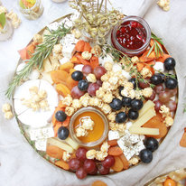 Поднос с сыром, виноградом, сушеными абрикосами и попкорном 1050г