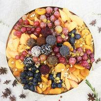 Поднос с виноградом и конфетами из сухофруктов