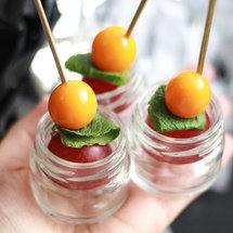 Канапе в мини-баночке с виноградом, физалисом и мятой