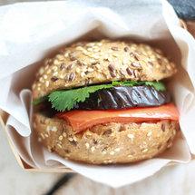 Сэндвич с запеченными овощами, кинзой и нутовой пастой