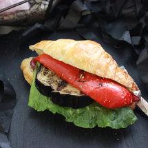 Круассан с перцем, баклажаном и луком конфи