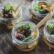 Мини-картофель с говядиной и горчичным соусом