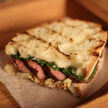 Сэндвич с ростбифом, яблочной горчицей и песто из петрушки