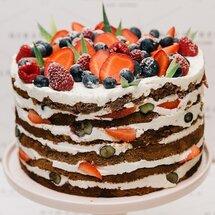Торт с йогуртовой начинкой и ягодами