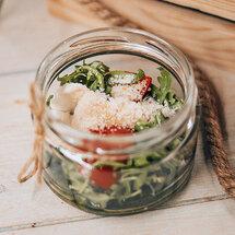 Мини-моцарелла с томатами и рукколой