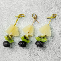 Канапе с ананасом, киви и голубикой