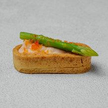 Мини-тарт с кремом из лосося и спаржей