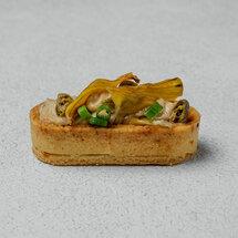 Мини-тарт с кремом из анчоусов и чипсом из артишоков