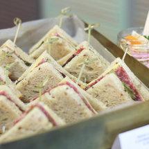 Мини-сэндвич с салями на треугольном хлебе 8 злаков