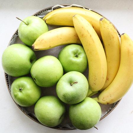 Поднос с бананами и яблоками