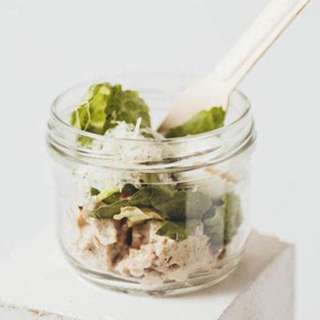 Салат с курицей и соусом Цезарь