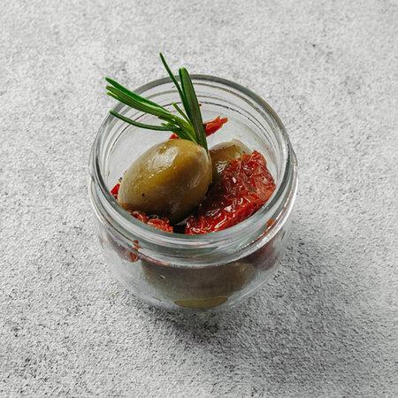 Зеленые оливки с вялеными томатами