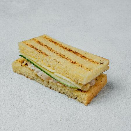 Сэндвич с куриным филе на хлебе бриошь
