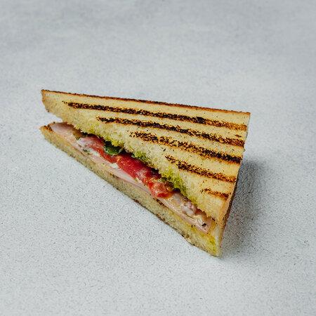 Сэндвич с ветчиной из телятины на хлебе бриошь