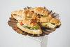 Мини-круассан с мягким сыром, запеченными томатами и кинзой