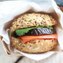 Сэндвич с хумусом и запеченными овощами