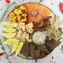 Поднос с рыбой и морепродуктами
